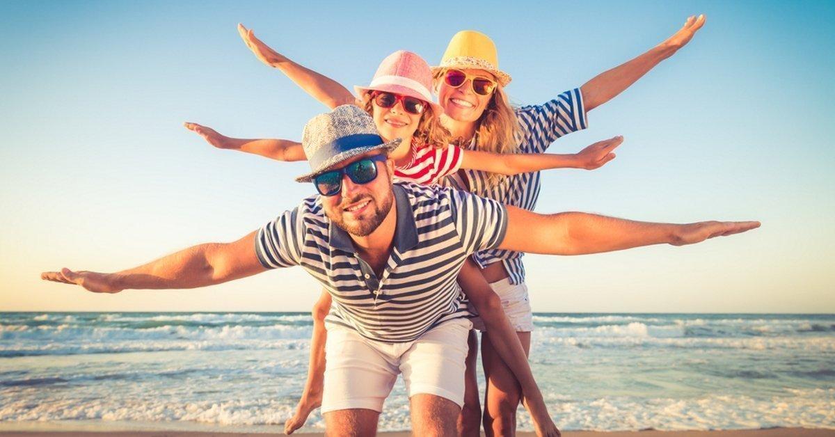 Imagen de familia feliz en la playa
