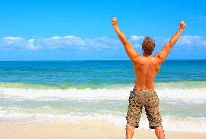 Imagen de hombre feliz en la playa